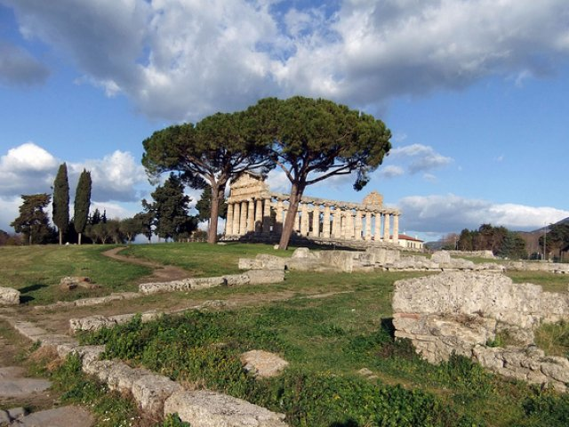 paestum ruins street view